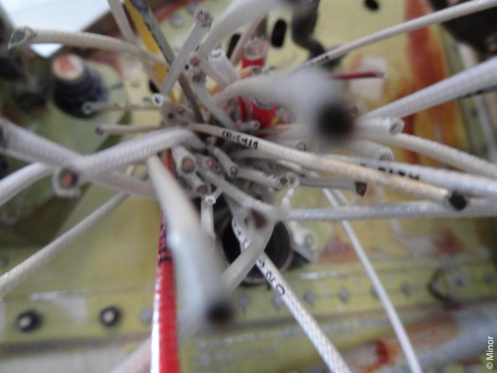 Ein Bild eines Kabelsalates in einer Werkstattt. Es soll darstellen, dass diese Seite zurzeit in Arbeit ist.
